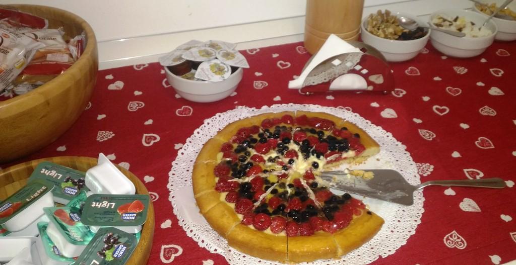 torta fatta in casa servita in un hotel a sappada con i bambini