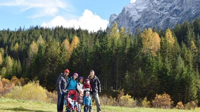 due famiglia in vacanza a sappada con i bambini