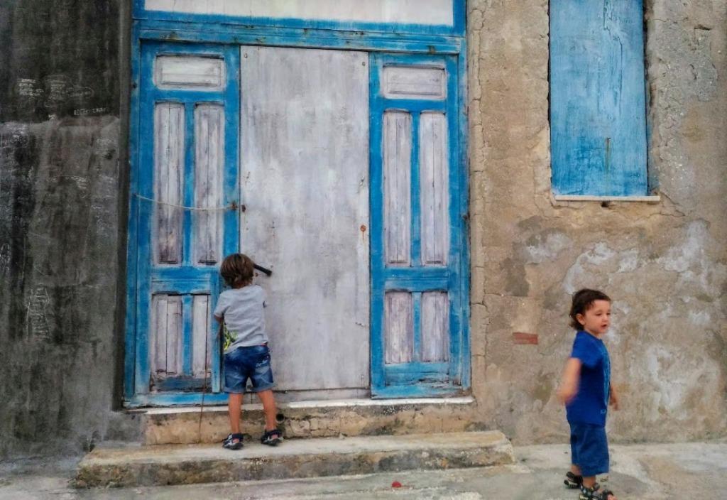 bambini che giocano a marzamemi, una località vicino la riserva di vendicari
