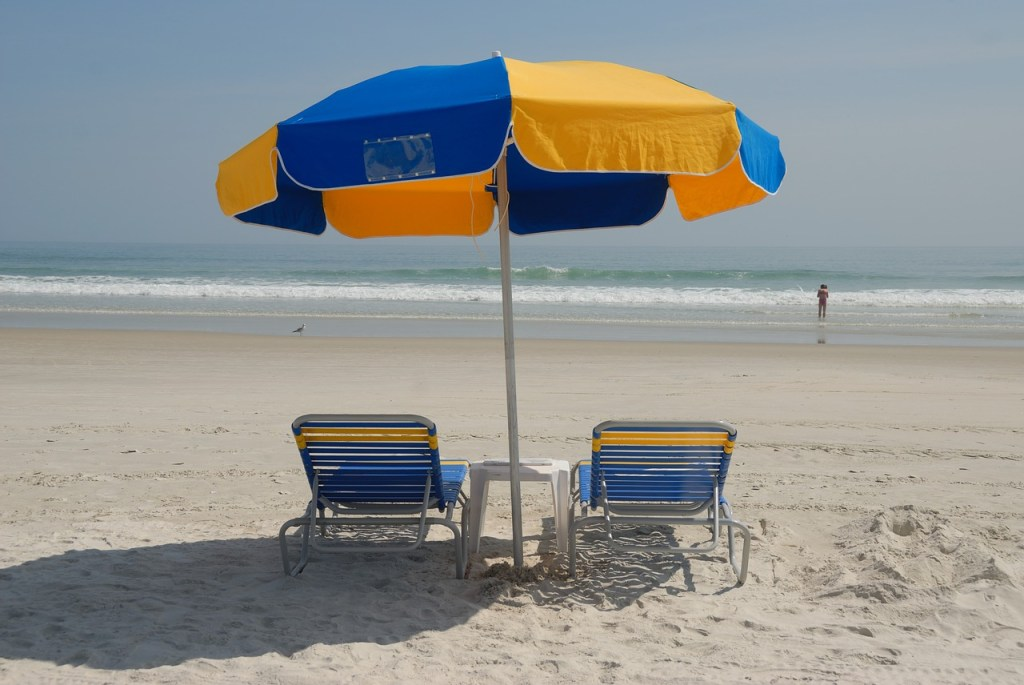 spiaggia con sedie e ombrelloni