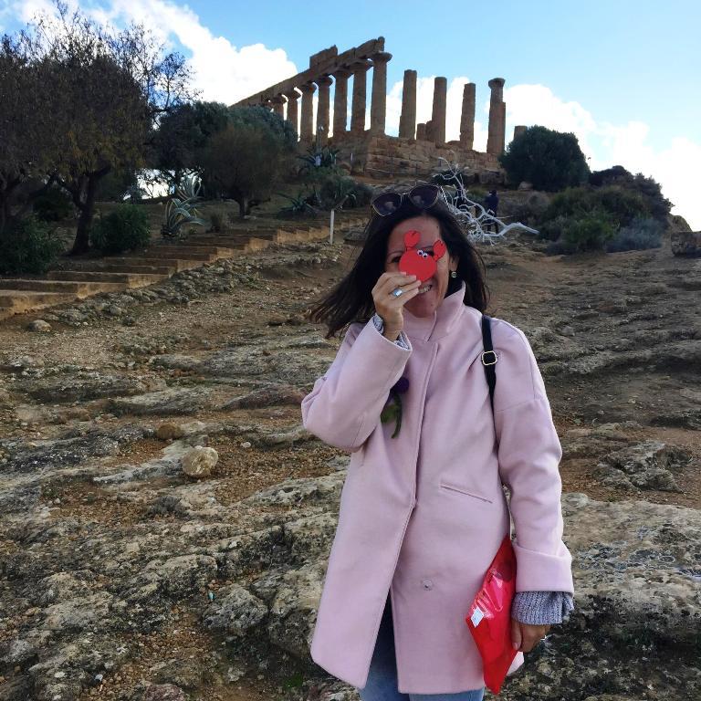 una guida turistica della valle dei templi che organizza tour per famiglie con bambini