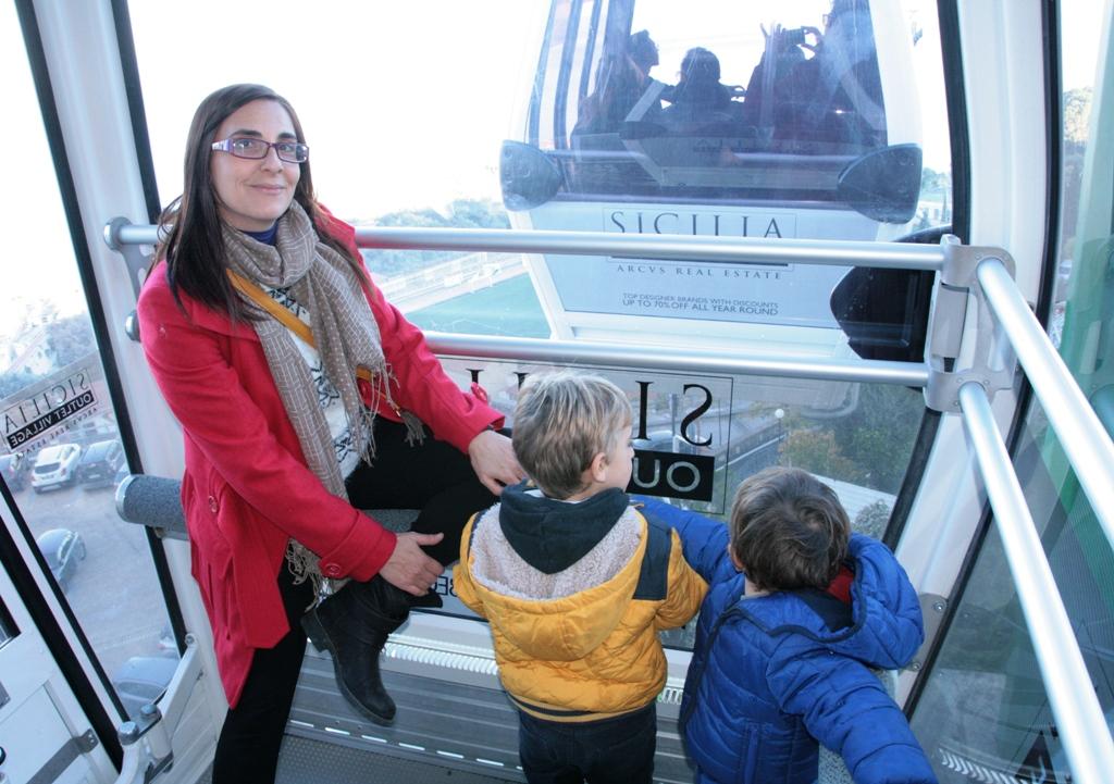 mamma e bambini in funivia durante un weekend in Sicilia