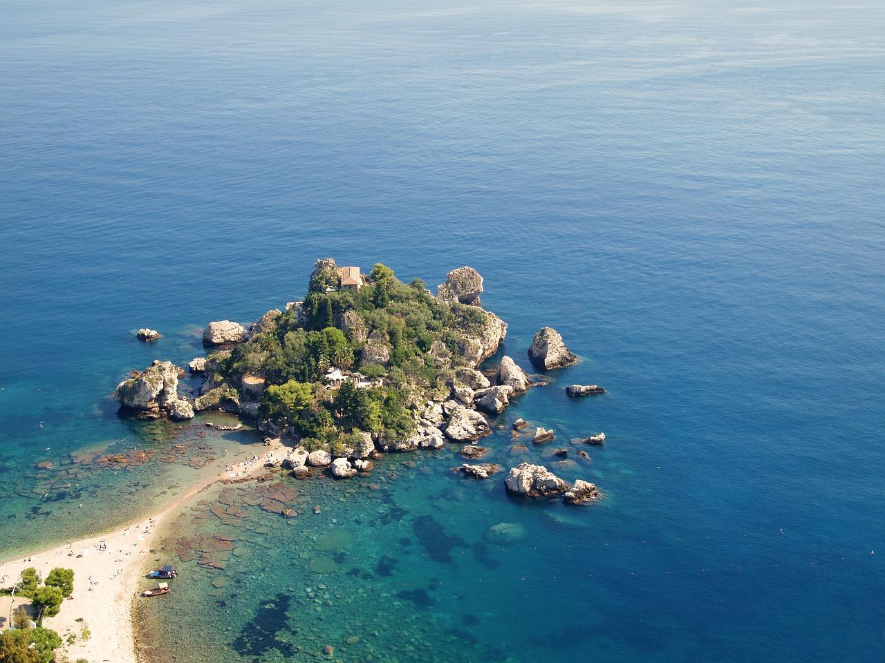 vista dall'alto di isola bella durante un weekend con bambini in sicilia