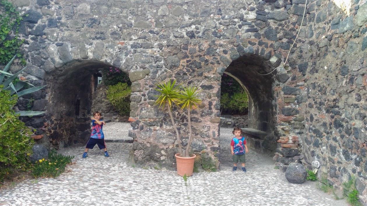 bambini che giocano al castello normanno di aci castello