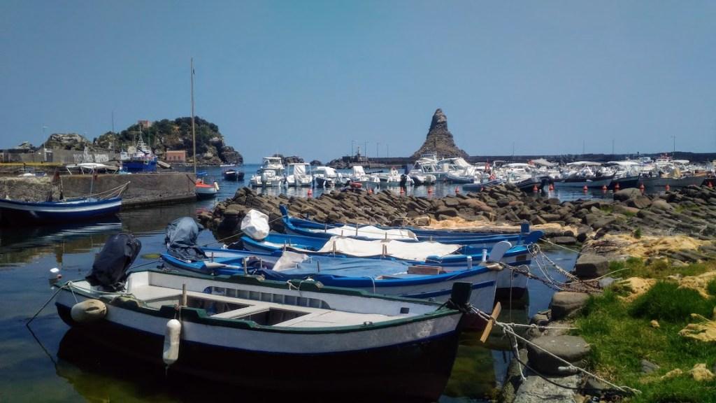 tipiche imbarcazioni di aci trezza