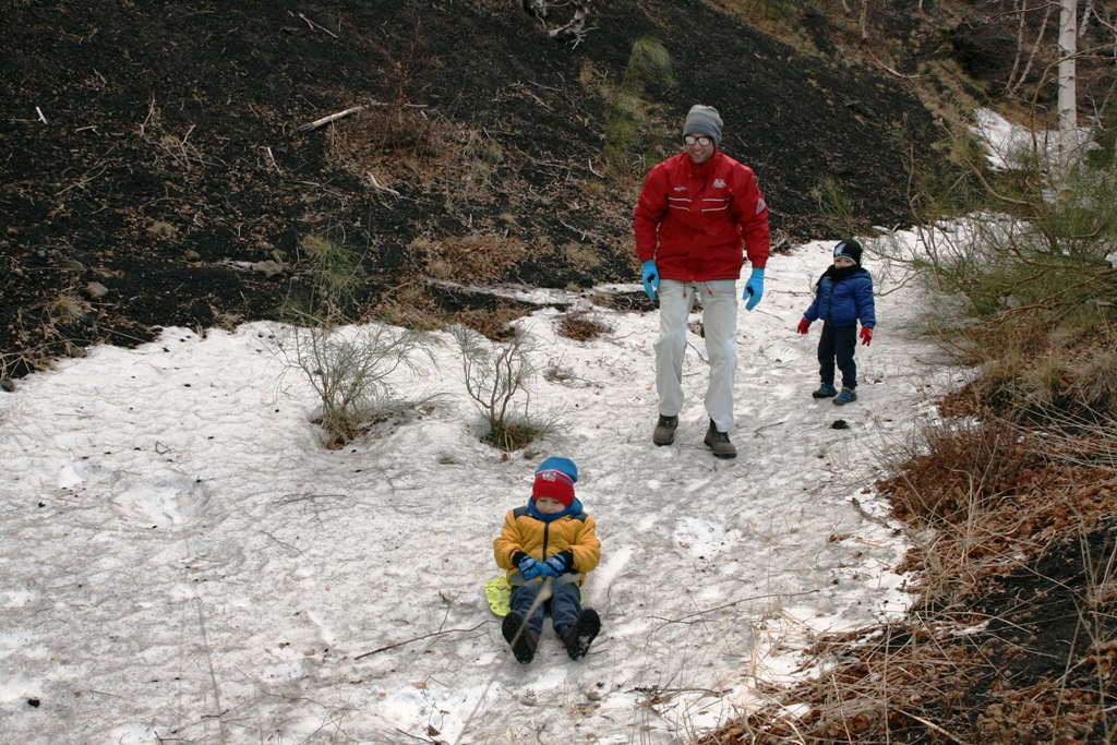 bambino che scivola sullo slittino sulla neve sull'Etna