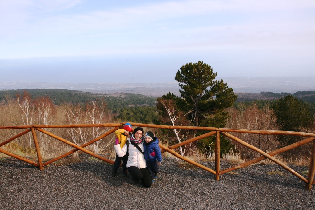 mamma e bambini sull'Etna