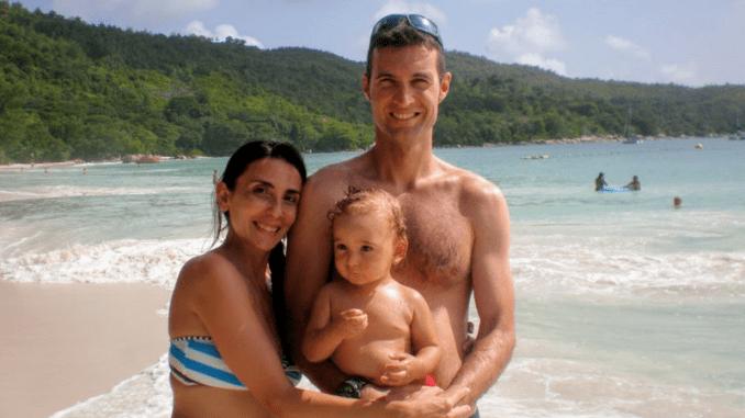 coppia in viaggio di nozze alle seychelles con bambino