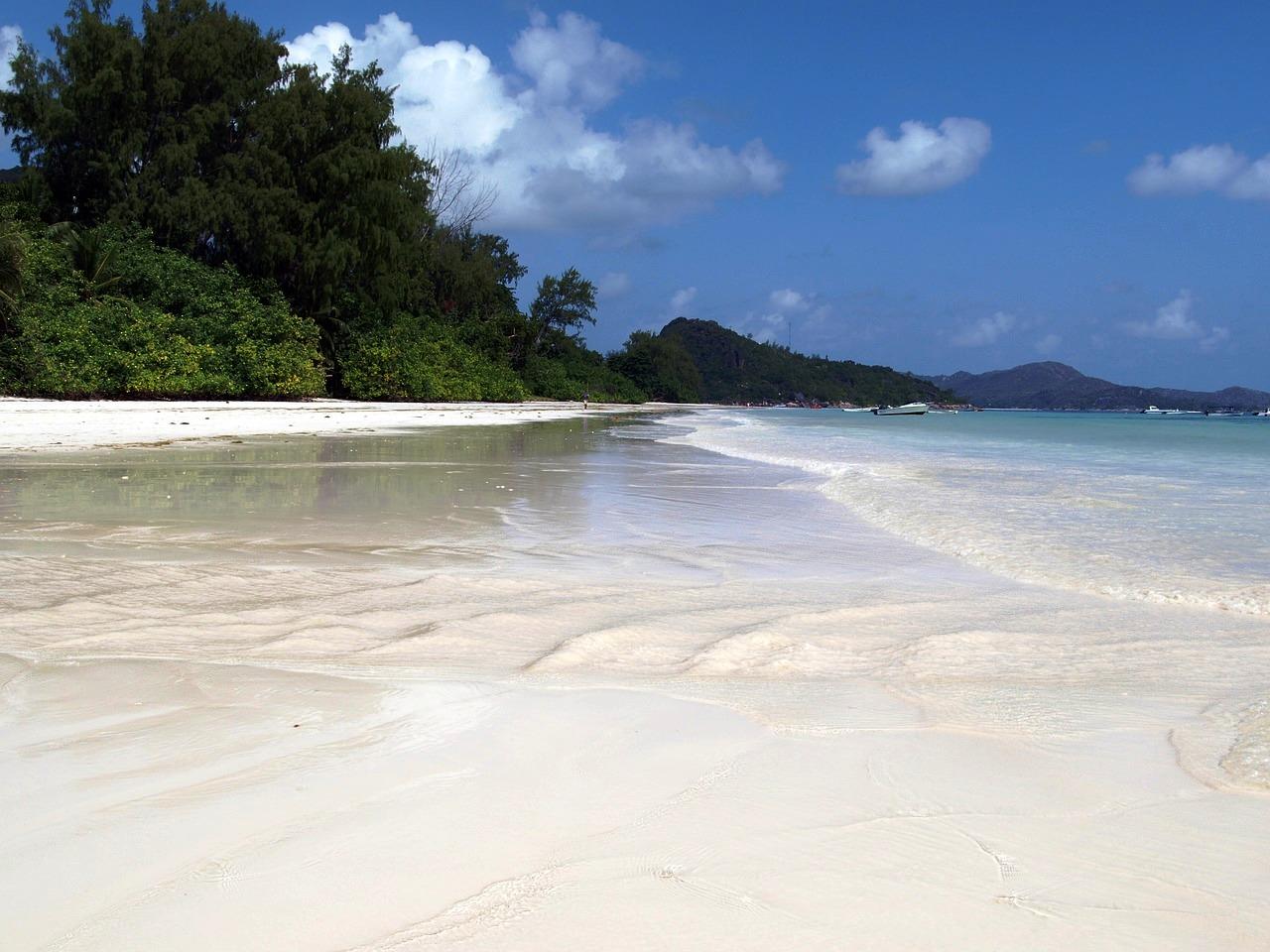 spiaggia si sabbia bianca a praslin durante viaggio di nozze alle seychelles con bambini