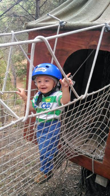 bambino al parco avventura