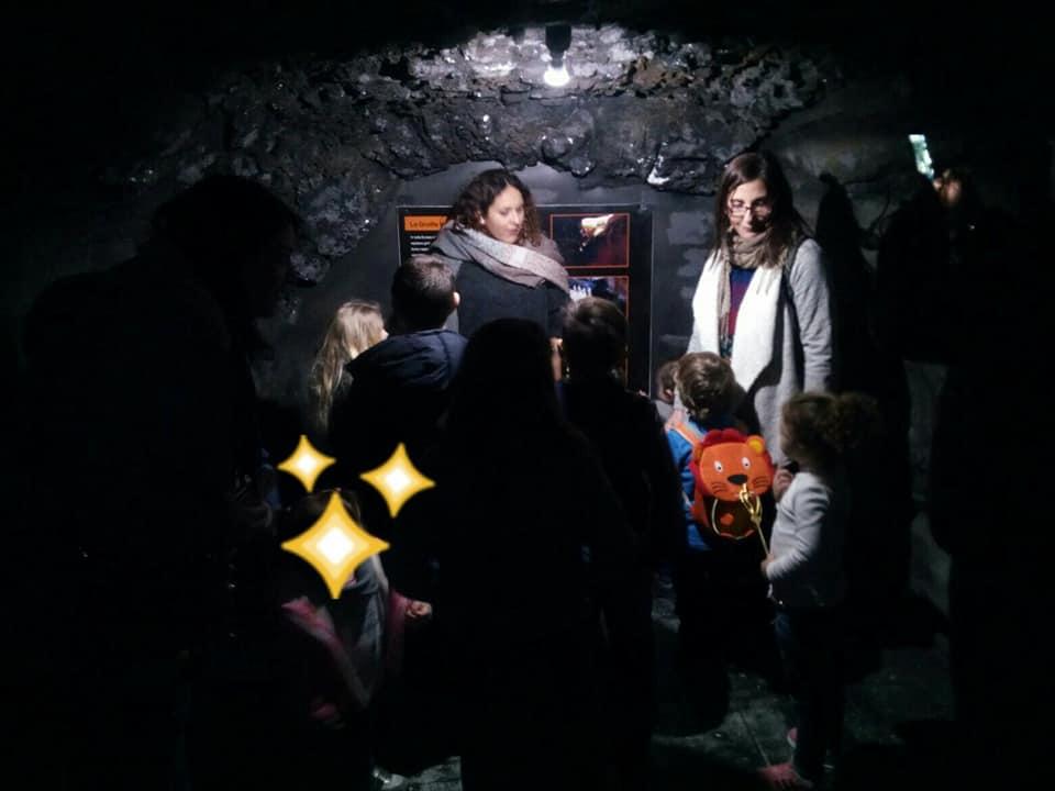 interno di una finta grotta lavica al museo dell'etna