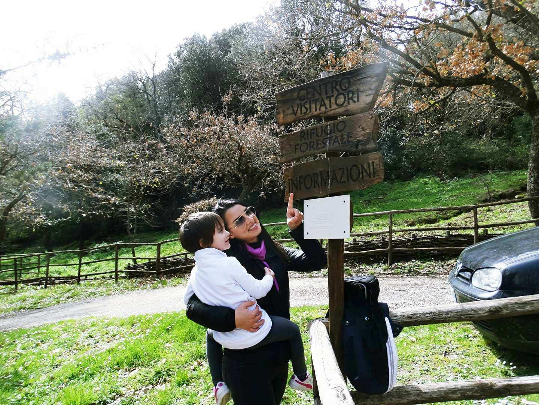 Mamma con bambino in un sentiero natura a Enna