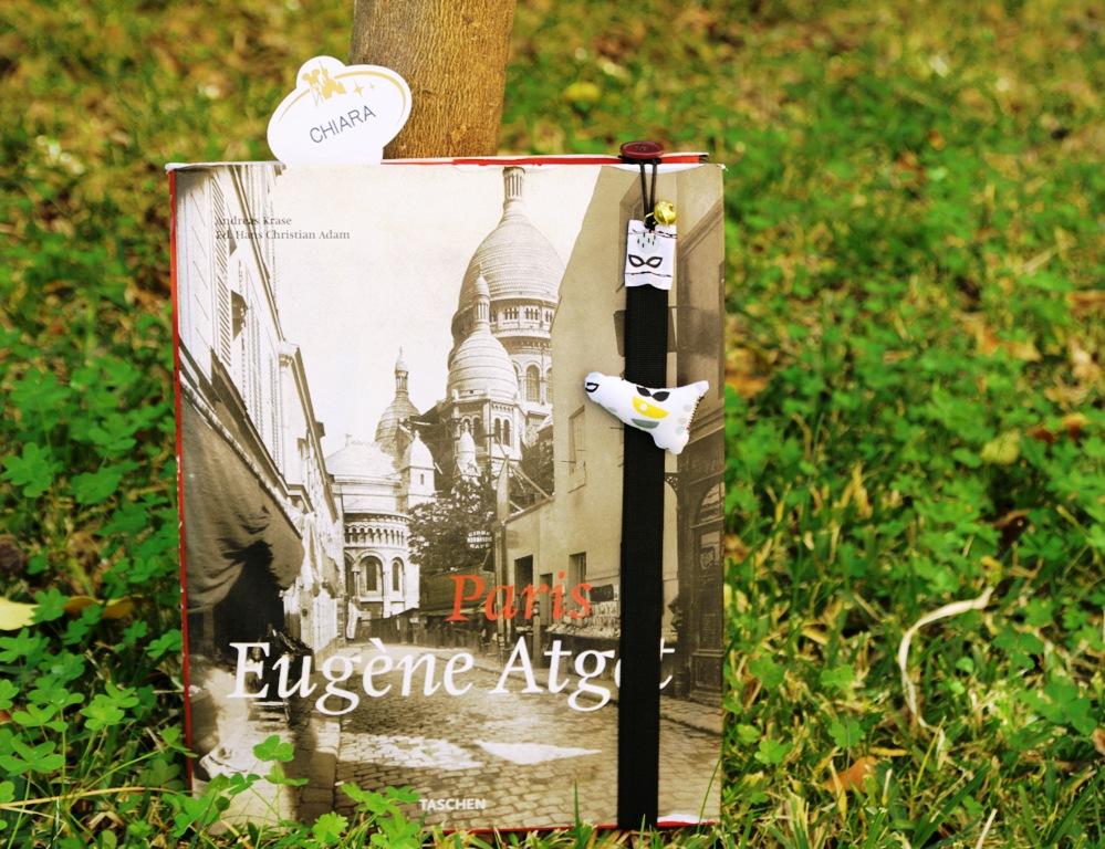 segnalibro con immagine della Sicilia su copertina di un libro su Parigi