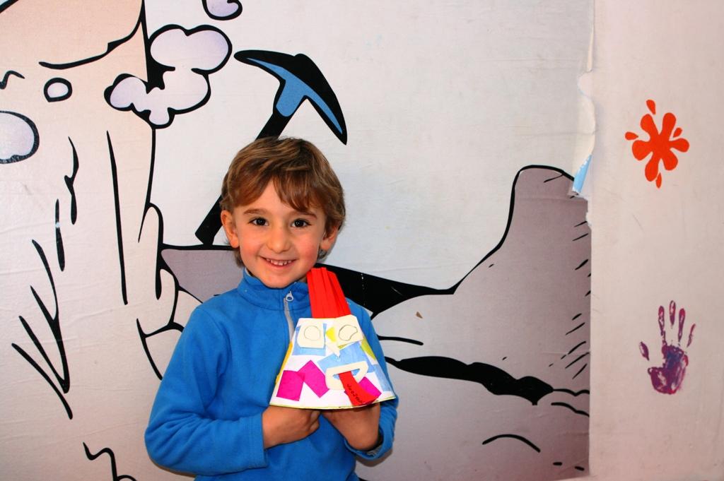 bambino che sorride al museo della lava