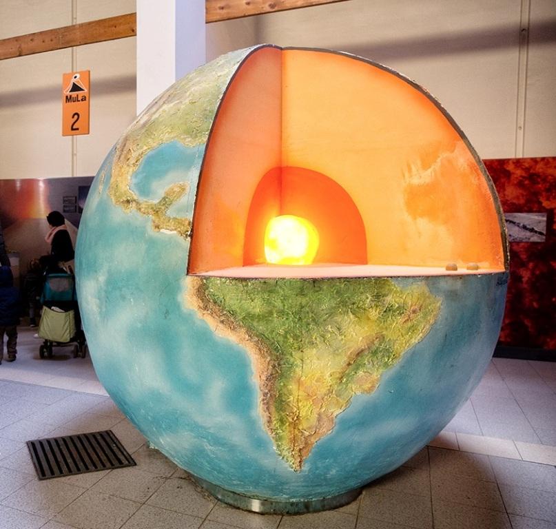 modellino della terra al museo della lava