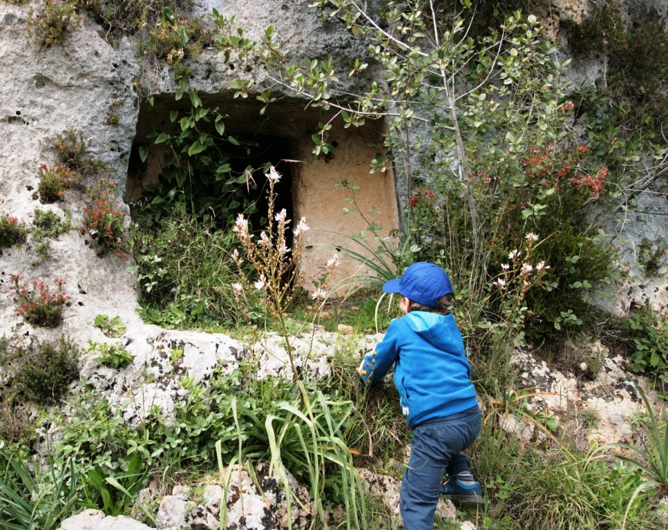 bambino che si arrampica in una grotta