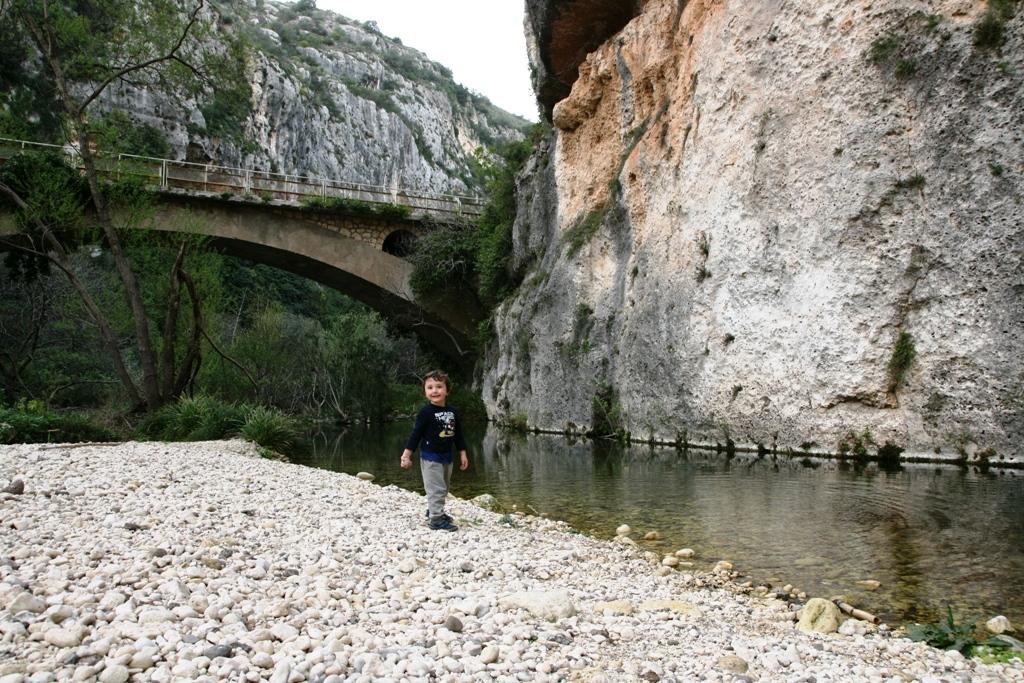 bambino che gioca sul greto del fiume a Pantalica