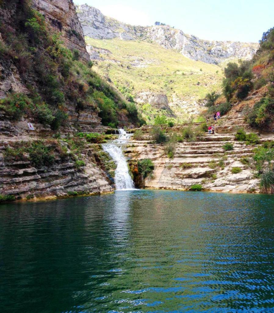 cascata e lago in Sicilia