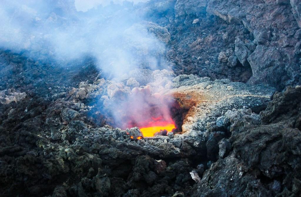 lava che fuoriesce dal vulcano Etna in Sicilia