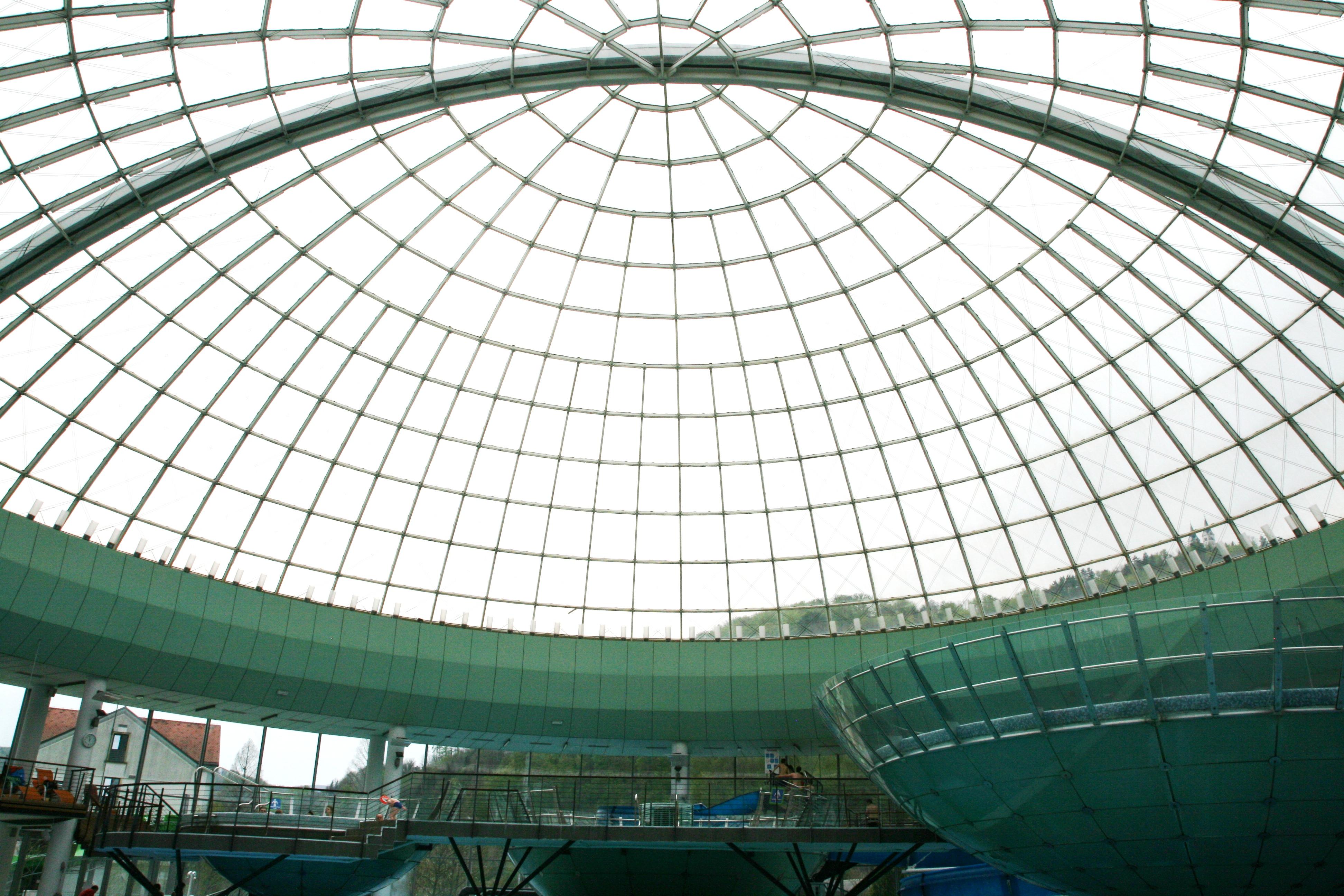 cupola di vetro alle terme in slovenia
