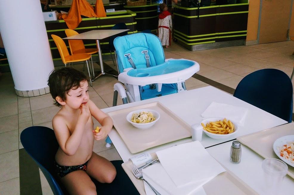 bambino che mangia alle terme in Slovenia