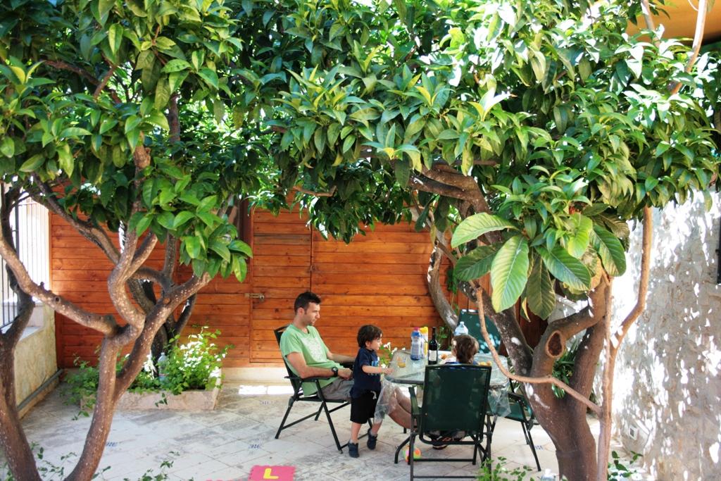 una famiglia che fa colazione in una casa vacanze a Erice