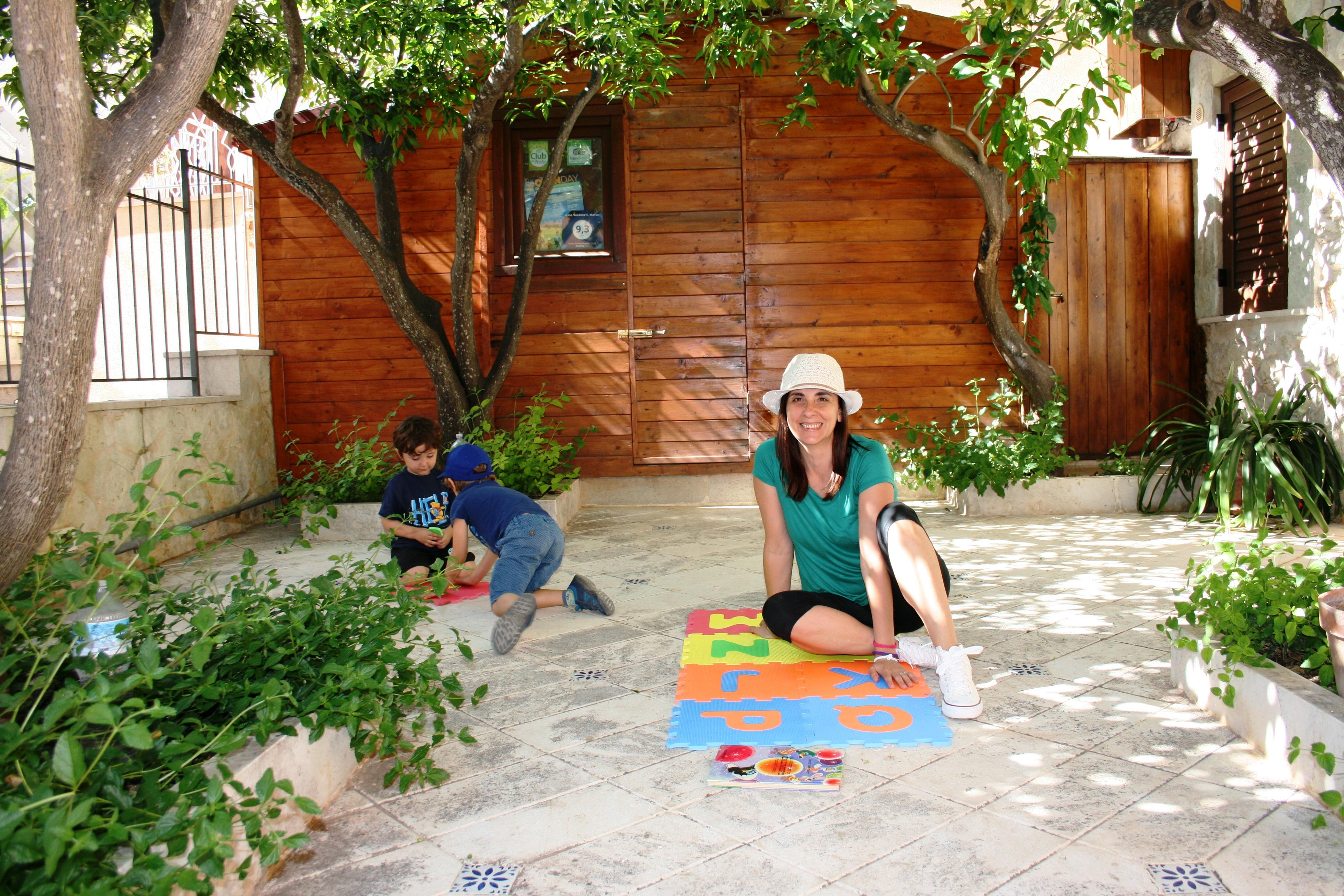 cortile in una casa vacanze a Erice durante una vacanza con i bambini