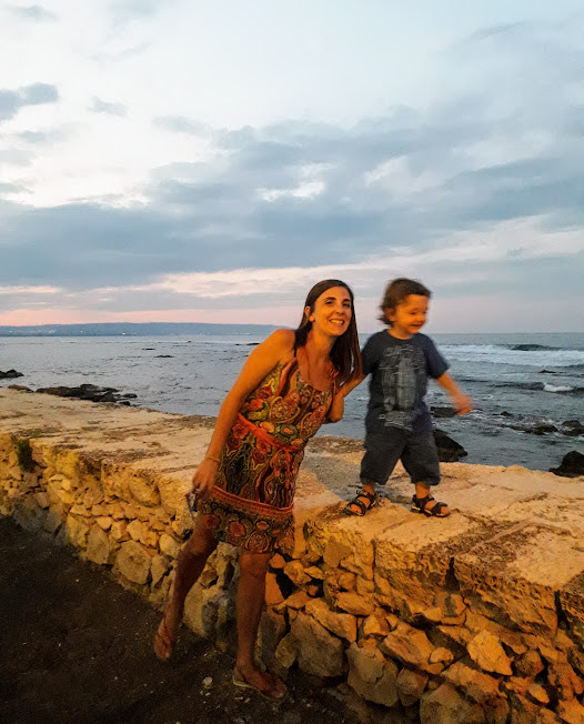 mamma e bambino che guardano il mare durante le vacanze in Sicilia