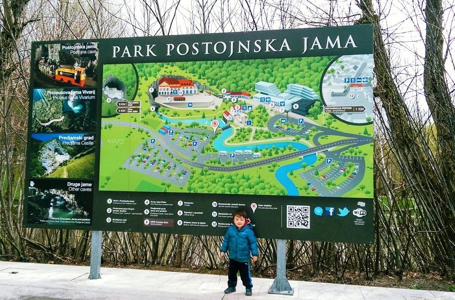 un bambino davanti l'ingresso delle Grotte di Postumia