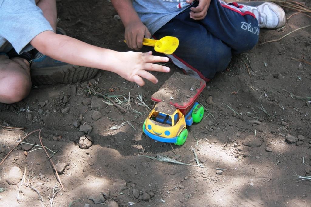 bambini che giocano con la terra durante una gita fuori porta in Sicilia