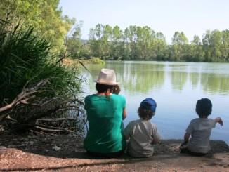 una famiglia in gita al lago in Sicilia