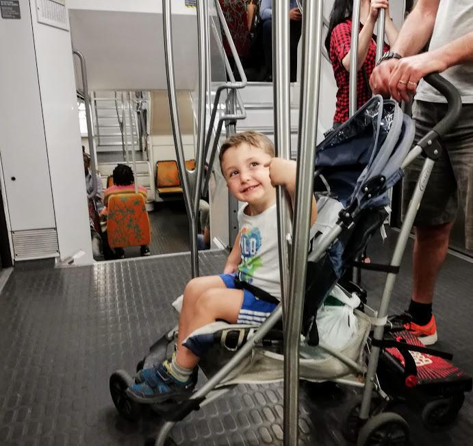 bambino sul treno che va a disneyland paris