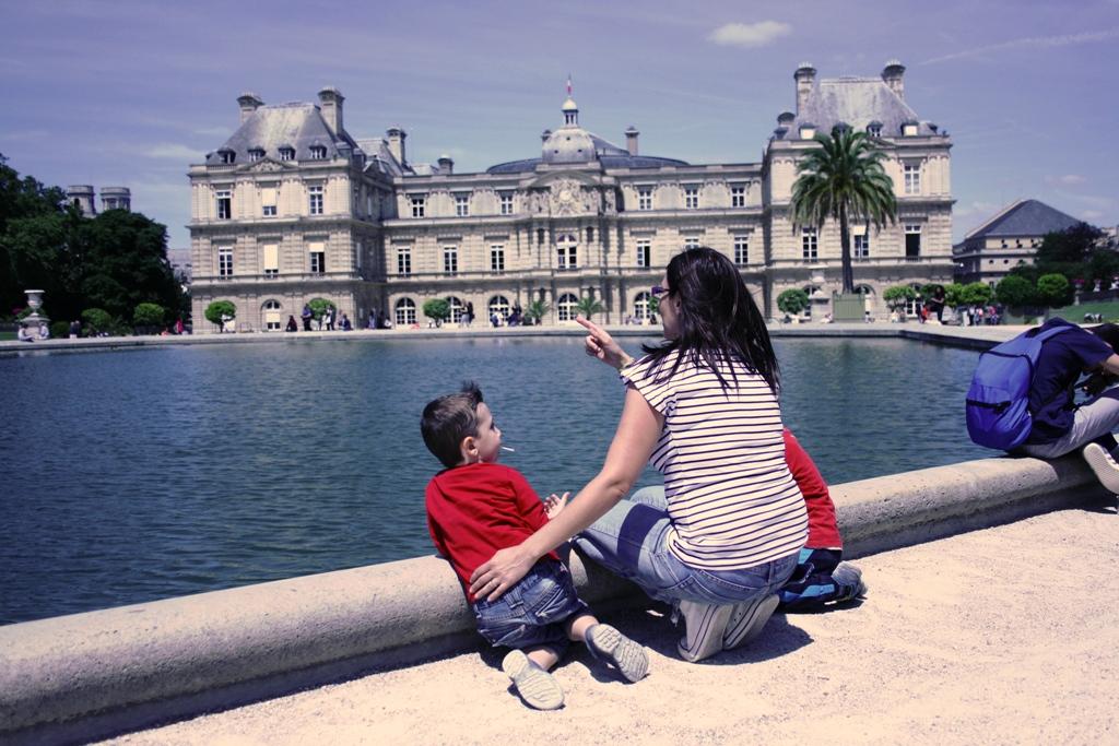 mamma e bambini ai giardini di lussemburgo