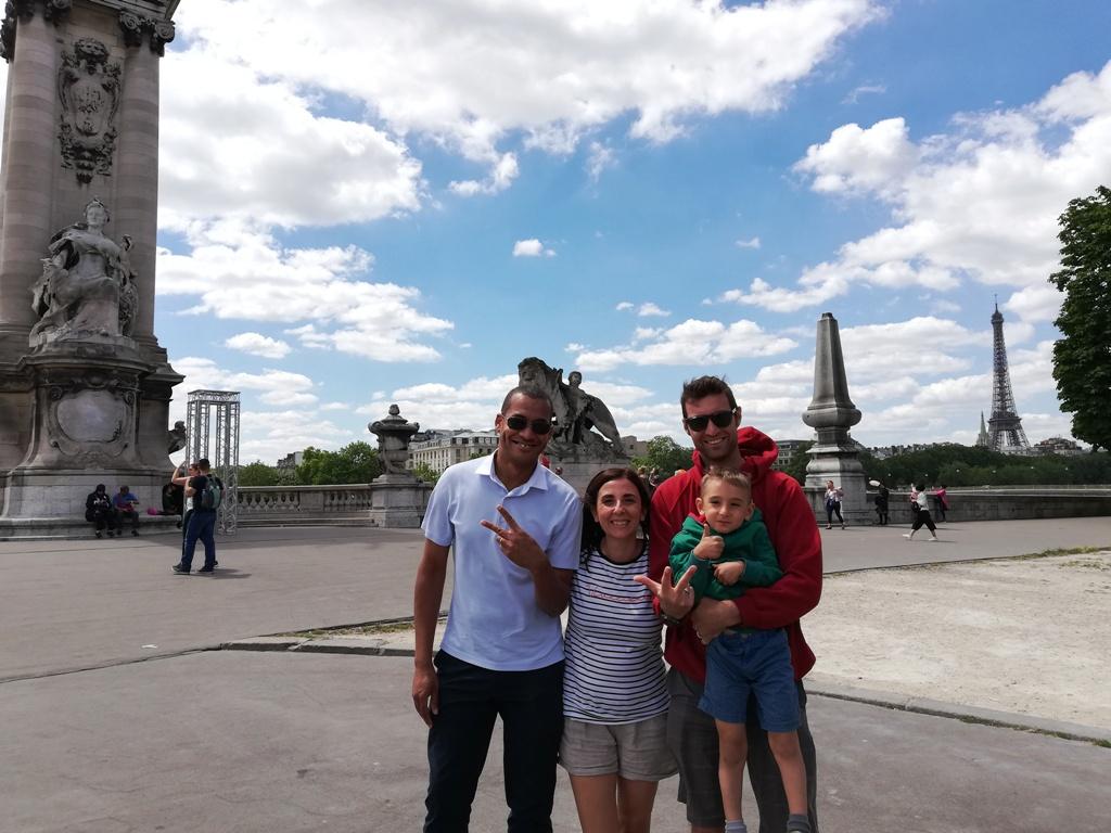 una famiglia con un bambino a Parigi