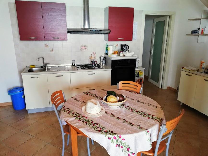cucina della casa sulla spiaggia a donnalucata