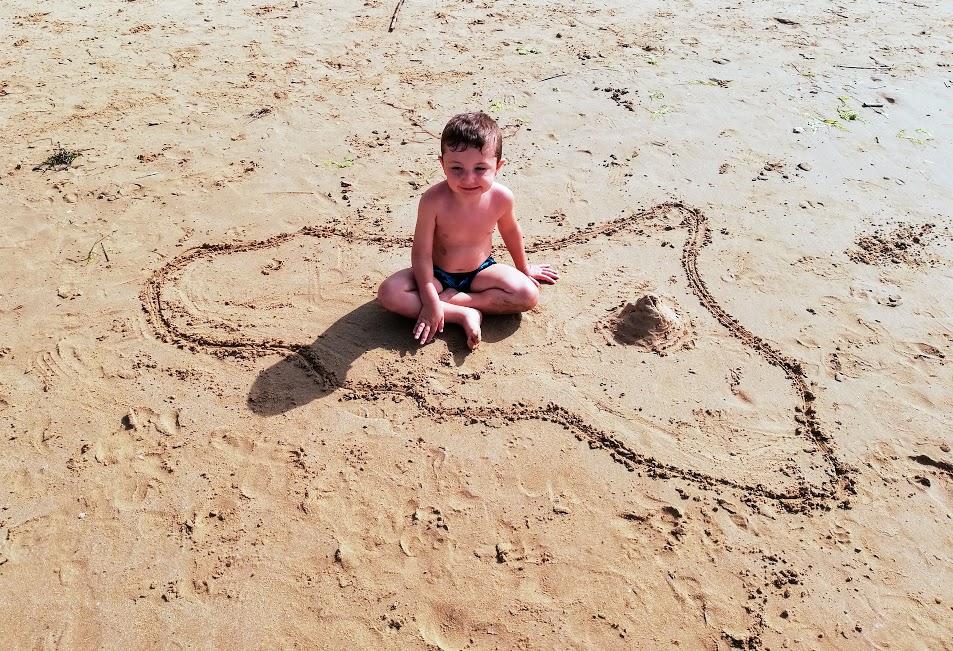 bambino che gioca su una spiaggia a Donnalucata