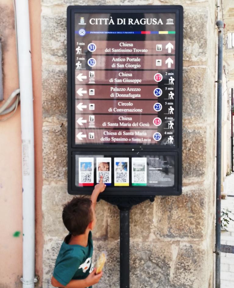un bambino a Ragusa Ibla