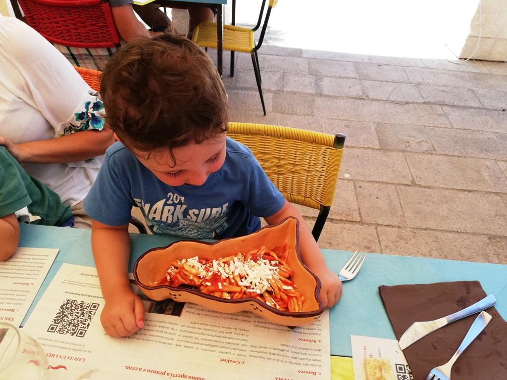 un bambino davanti un piatto di pasta a Ragusa Ibla