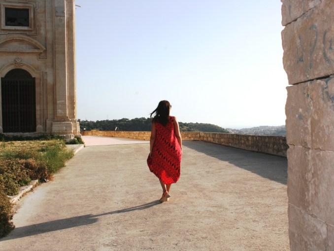 donna che cammna a Scicli