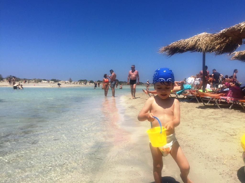 bambino in spiaggia a Creta