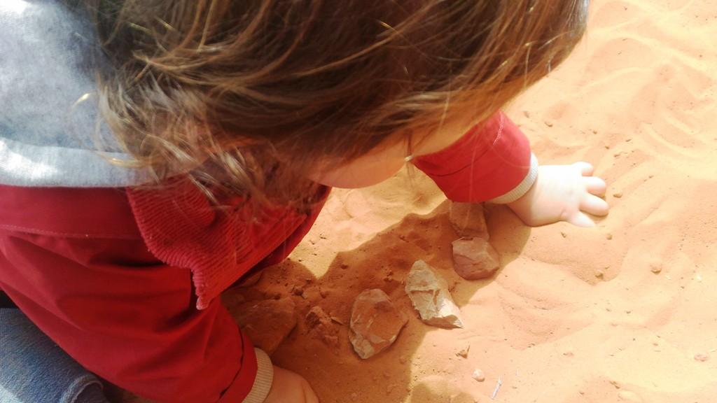 bambini che giocano con la sabbia della monument valley