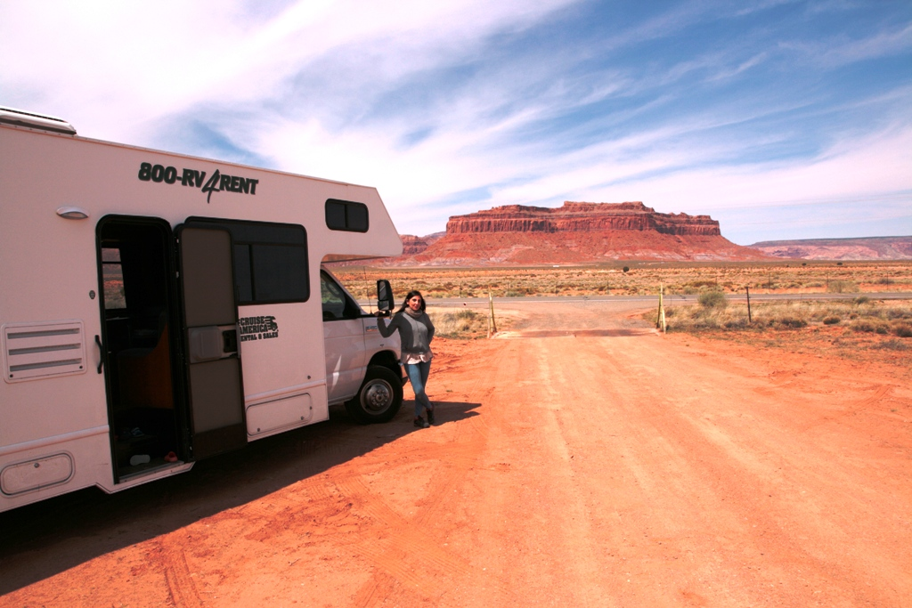 donna in camper verso la monument valley