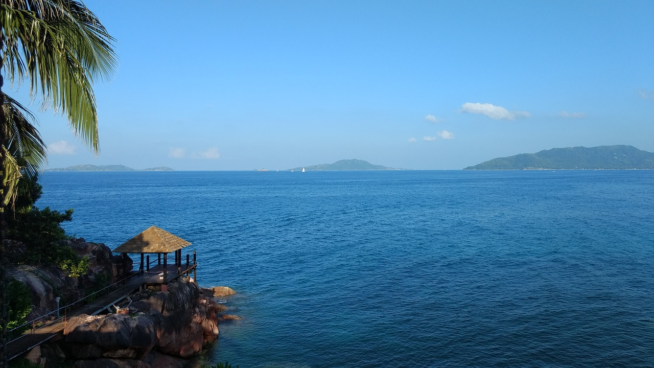 vista della costa de la Digue alle Seychelles