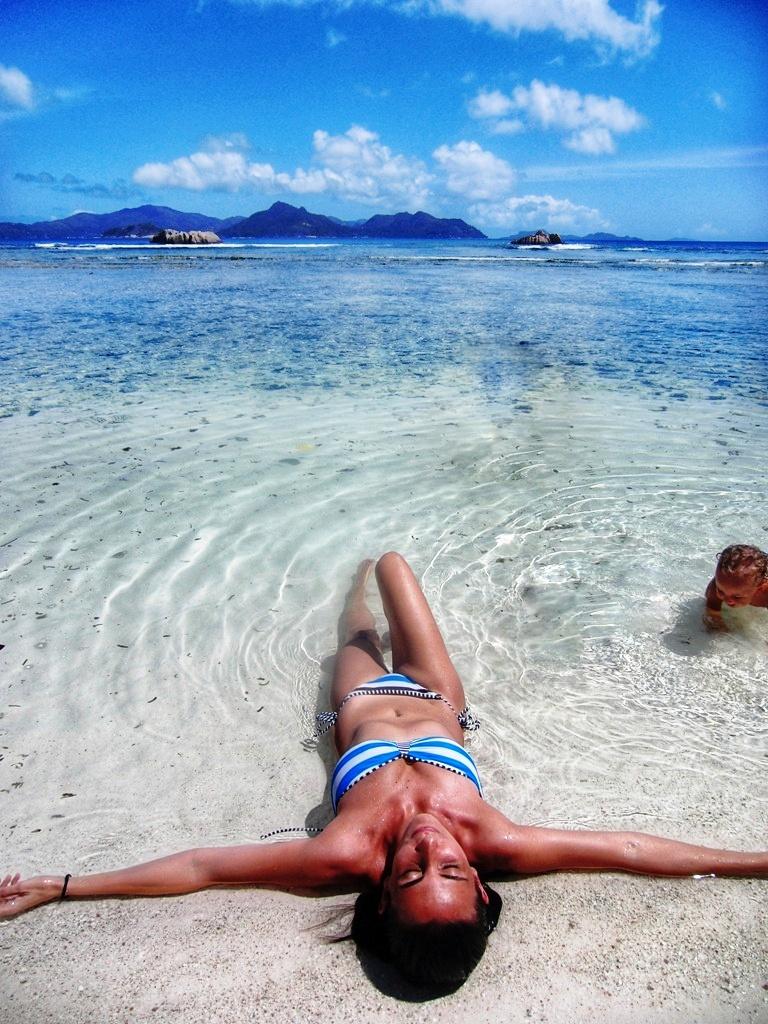 una donna e un bambino che fanno un bagno alle Seychelles