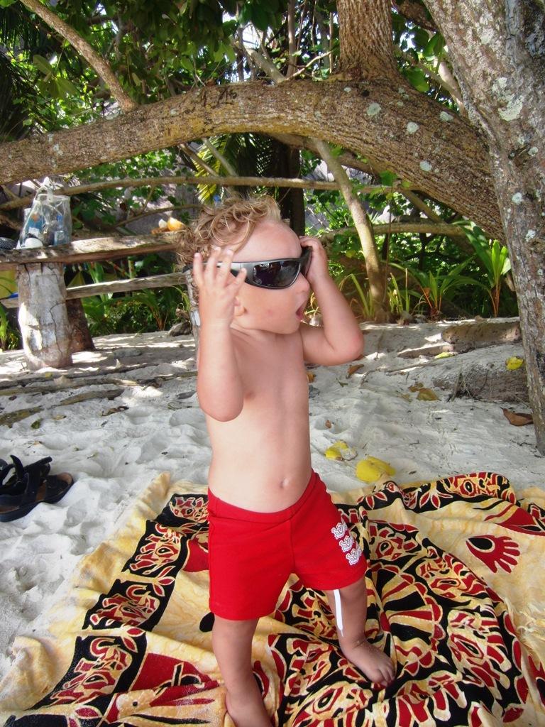 un bambino in spiaggia alle Seychelles
