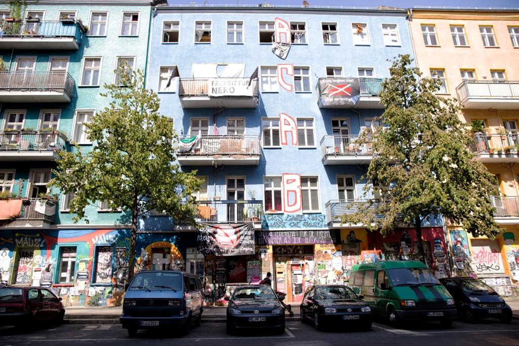 un quartiere di Berlino con auto colorate
