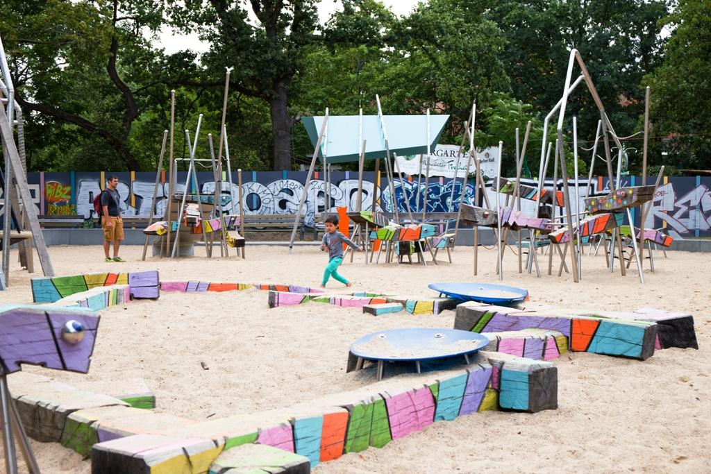 un bambino che gioca in un parco giochi a Berlino
