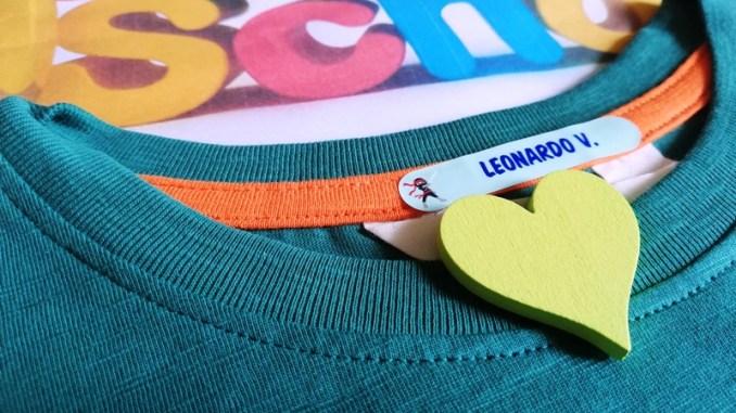 etichetta personalizzata su una maglietta di un bambino