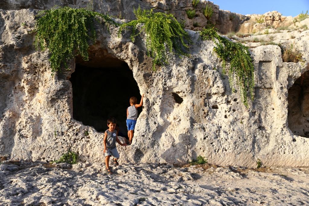 Grotte del Ninfeo Parco Archeologico della Neapolis di Siracusa con i bambini