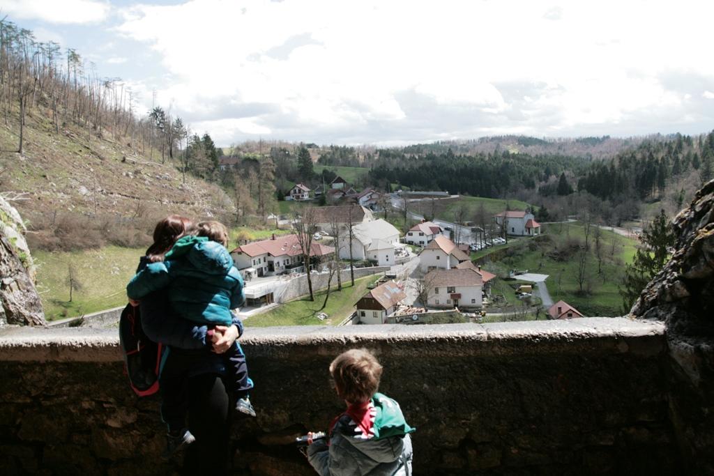 bambini al castello di predjama